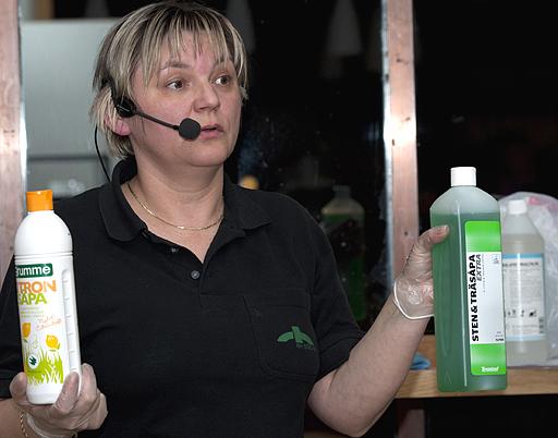 Jasminka Andersson visar såpa av två olika fabrikat.