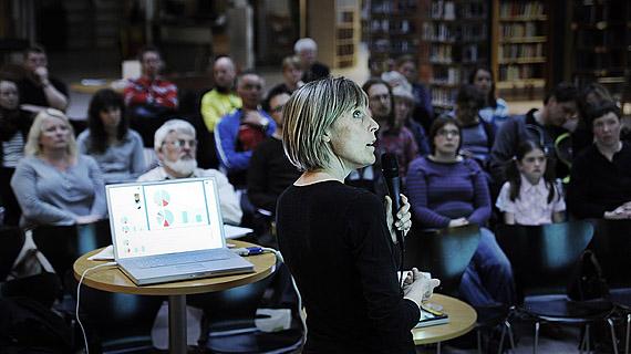 Johanna Björklund & publik på biblioteket i Falun 3 maj 2010