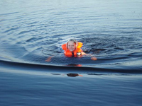 Tove badar i Lilla Vällan sommaren 2010
