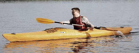 Mikael Källman provar på paddling vid Främby Udde