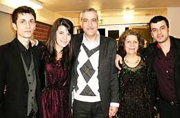 Mohammed Selo och Malka Elyas Musa tillsammans med sina barn i Borlänge