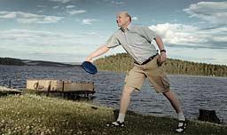 Sören Norlander kastar frisbee på Främby Udde